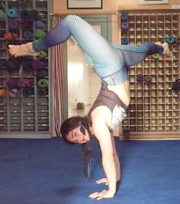 miriam_flirty handstand.jpg