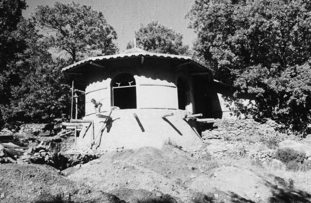1990 El templo en construcción y Jerónimo saltando