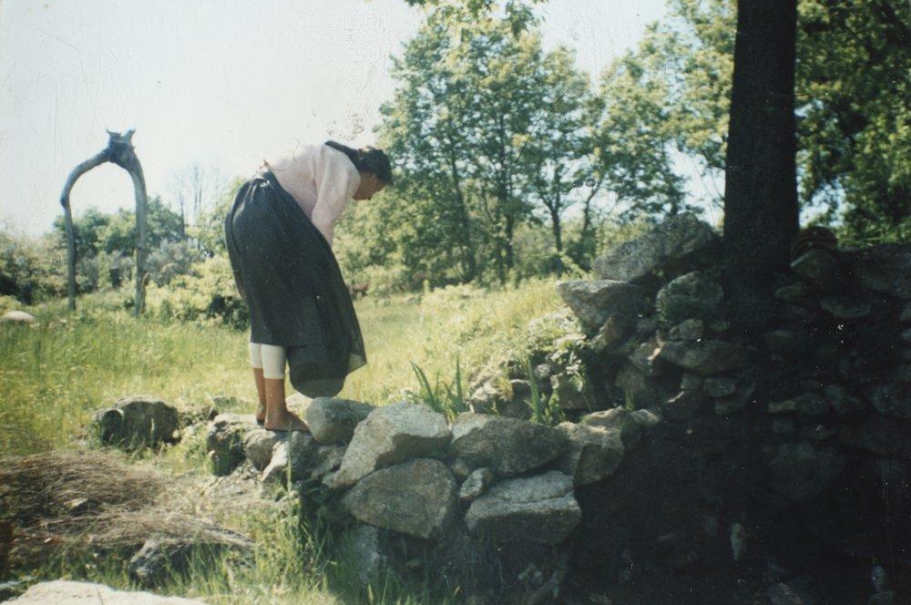 1988 Nadia regando los jardines de el huerto nueve años antes de la apertura de Lalita.