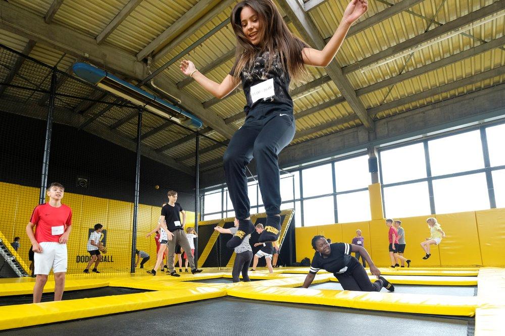 Bild aus dem Programm CHILDREN Entdecker (Kinderarmut): Mädchen springt auf einem Trampolin