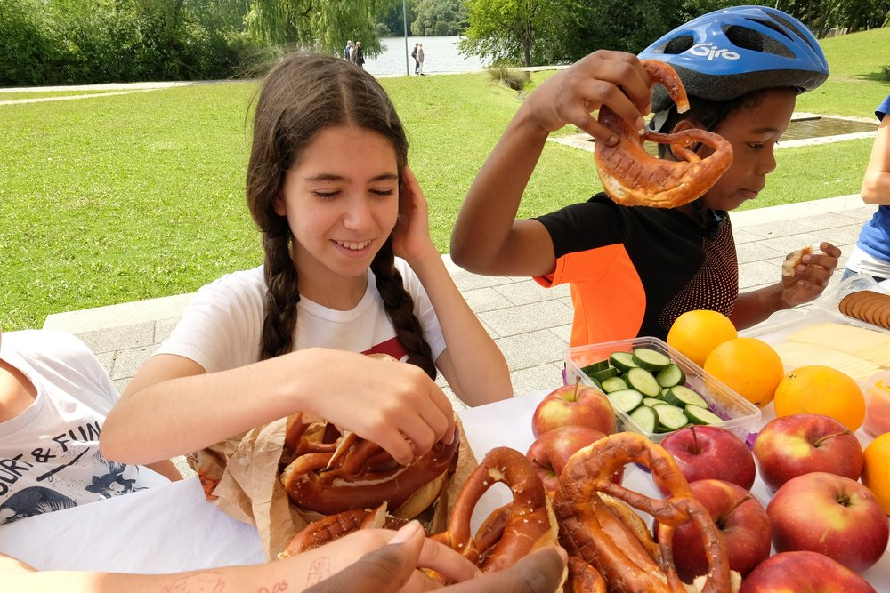 Bild aus dem Programm CHILDREN Entdecker (Kinderarmut): Kinder machen nach einem Fahrradausflug ein Picknick