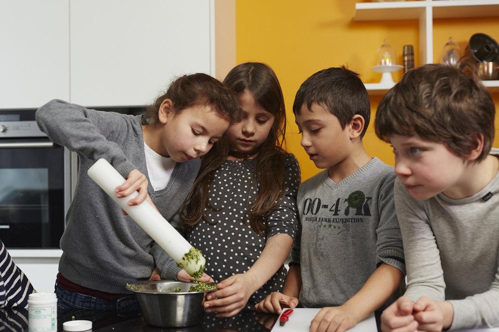 Bild aus dem Programm CHILDREN Entdecker (Kinderarmut): Eine Gruppe von Kindern kocht gemeinsam