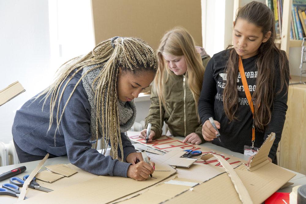 CHILDREN Jugend hilft! (soziales Enagement): Drei Mädchen während eines Workshops