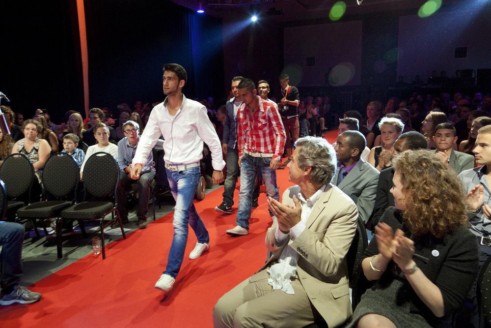 CHILDREN Jugend hilft! (soziales Engagement): Jugendliche schreiten auf einem roten Teppich vor zur Bühne