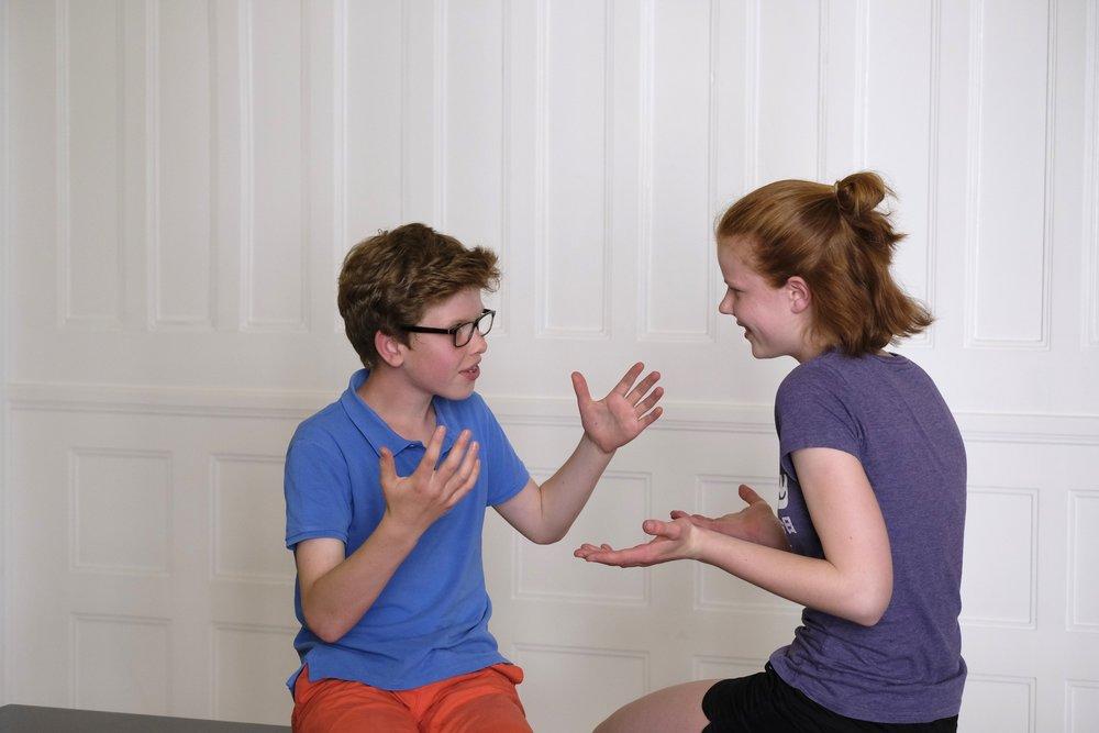Bild vom CHILDREN Kinderbeirat (Partizipation): Junge und Mädchen diskutieren miteinander