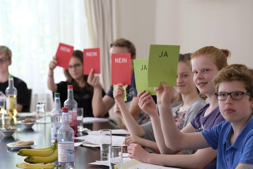 Bild vom CHILDREN Kinderbeirat (Partizipation): Jugendliche bei der Abstimmung