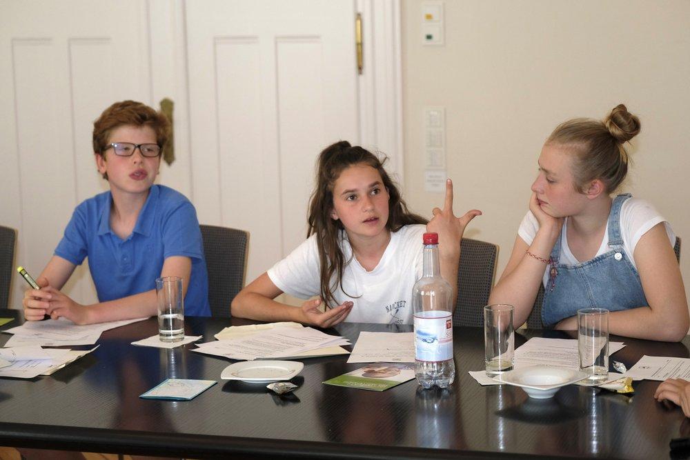 Bild vom CHILDREN Kinderbeirat (Partizipation): Drei Kinder im Gespräch