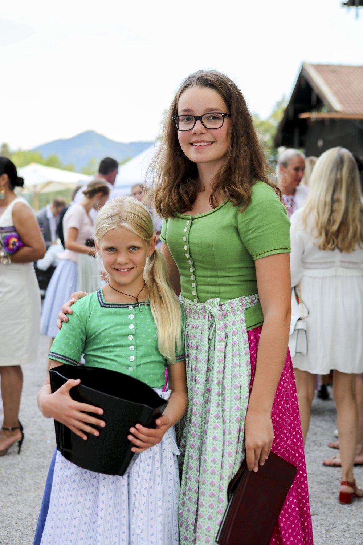 Ehrenamtliche Helferinnen Zoe Aldenhofen und Johanna Harms