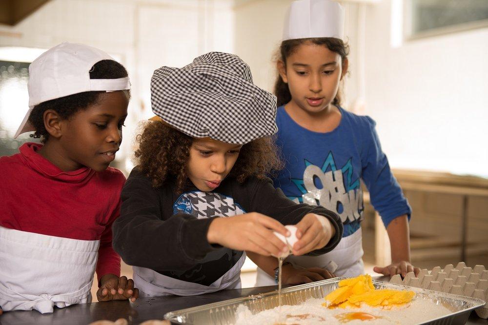 Ihre Spende unterstützt arme Kinder mit gesunden Mahlzeiten. So wie diese Kinder hier, die beim CHILDREN Mittagstisch gesunde Mahlzeiten kennenlernen.