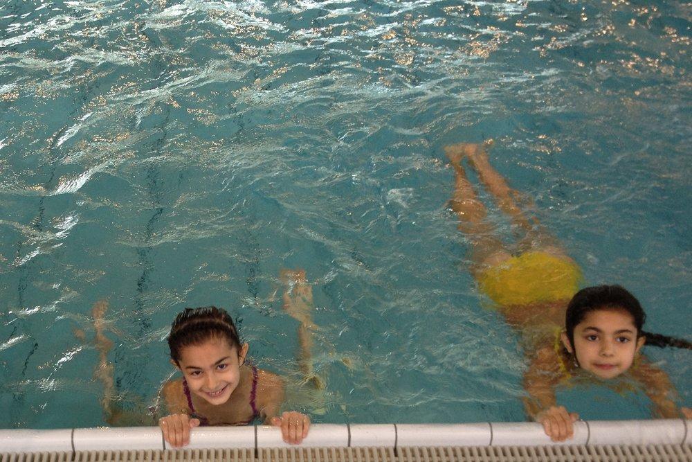 Mit Ihrer Spende können arme Kinder neue Kompetenzen erlernen und zum Beispiel mit dem CHILDREN Entdeckerfonds an einem Schwimmkurs teilnehmen.