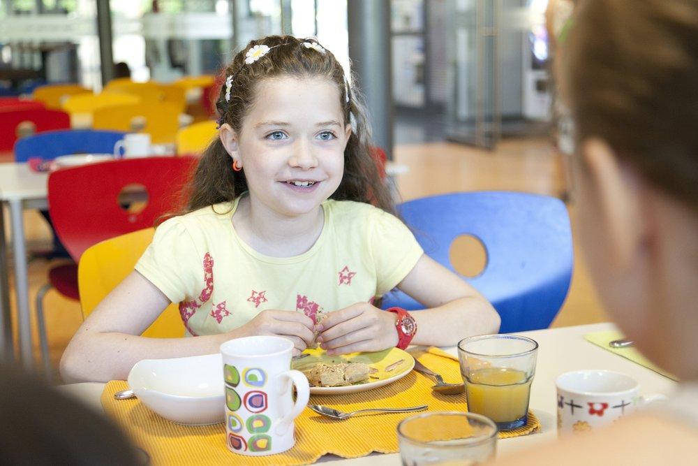 Mädchen während des Essens beim CHILDREN Mittagstisch