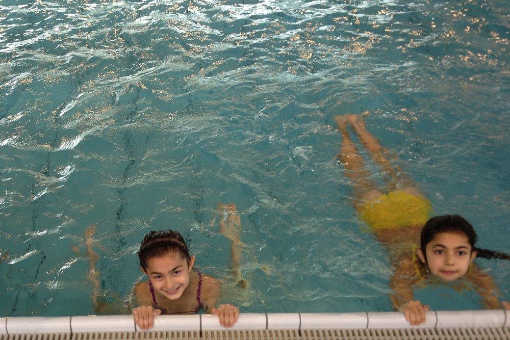 Zwei Mädchen im Schwimmbad. Der Ausflug wurde mit dem CHILDREN Entdeckerfonds gefördert.
