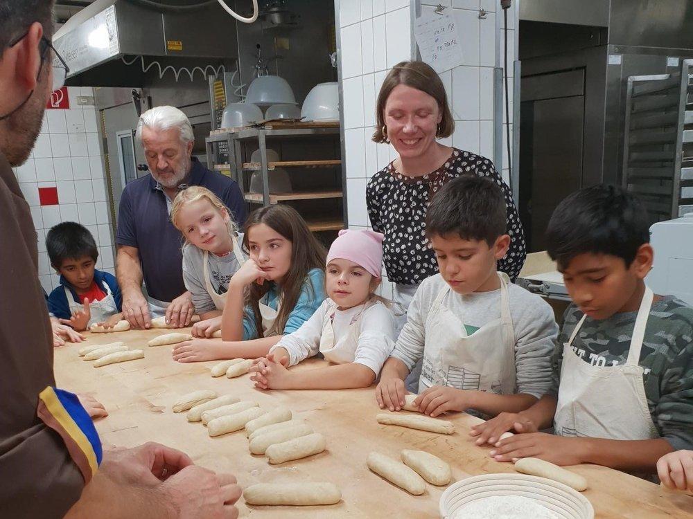 Kinder beim Backen mit Astrid Kießling-Taşkın, Vorständin der Commerzbank-Stiftung
