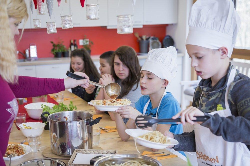 Bild aus dem Programm CHILDREN Entdecker (Kinderarmut): Gemeinsames Essen beim CHILDREN Mittagstisch