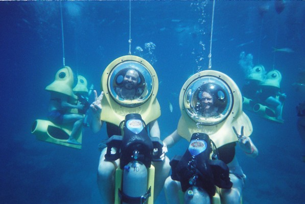 - Say chee... oh wait. The diver taking the photo can't hear us.