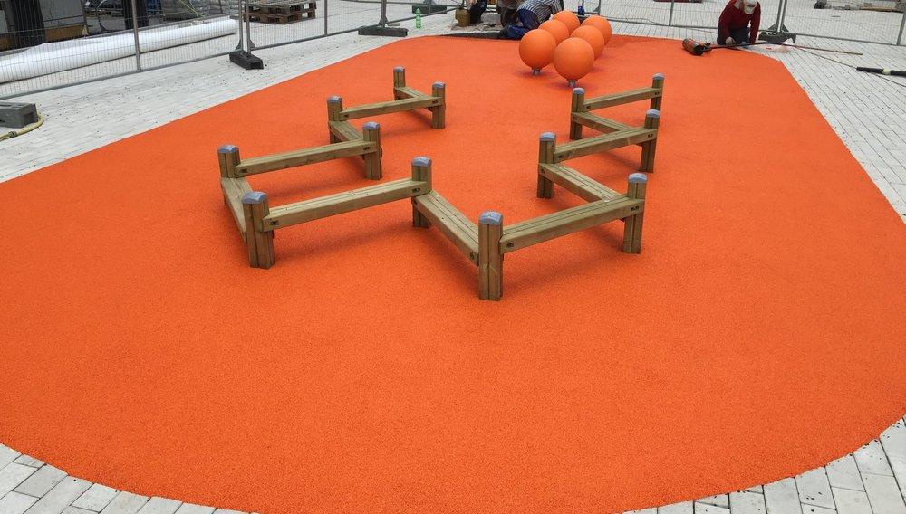 Fallskyddsgummi - Fallskyddsgummi är ett slittåligt gummisystem som används på bland annat lekplatser och löparbanor. Gummits elastiska egenskaper skapar en yta som är mjuk och skyddar från svåra huvudskador. Samtidigt skapar beläggningen en tillgänglig yta för invånarna, även för de med rörelsehinder.