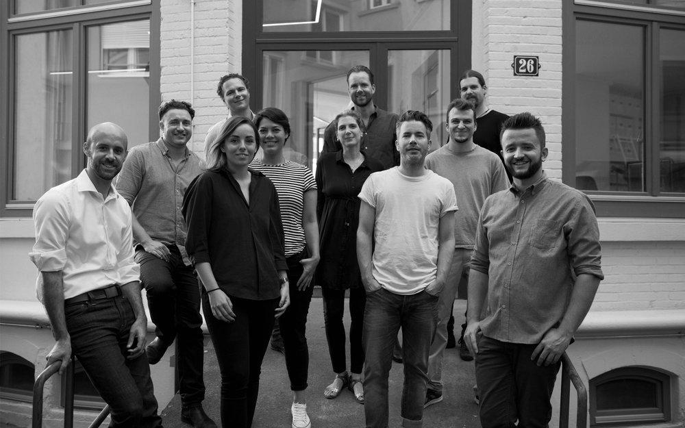 Das Freundliche-Grüsse-Team vor dem Büro im Zürcher Kreis 4.
