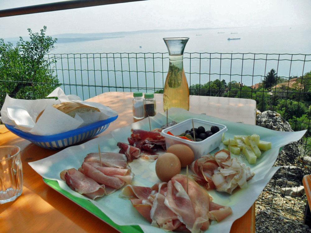 Una delle tantissime osmize nei dintorni di Trieste