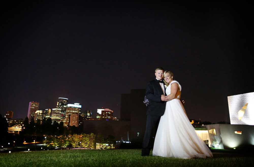 16-Minneapolis-Minnesota-Wedding-Photography-by-Vick-Photography-Van-Dusen-Mansion-Outdoor-Reception-Skyline-Taryn-&-Scott.jpg