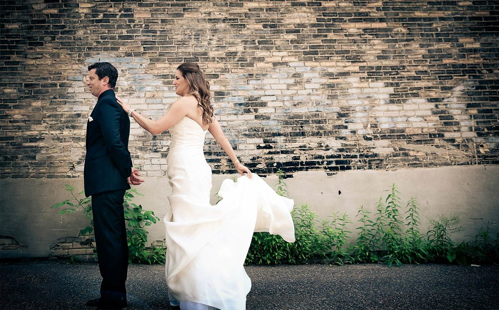 02-Minneapolis-Minnesota-Wedding-Photography-by-Vick-Photography-Aria-Downtown-First-Look-Layne-&-Dan.jpg