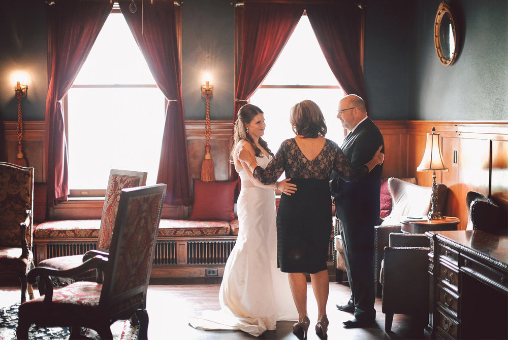 02-Minneapolis-Minnesota-Wedding-Photography-by-Vick-Photography-Semple-Mansion-Bridal-Suite-Nikki-and-Matt.jpg