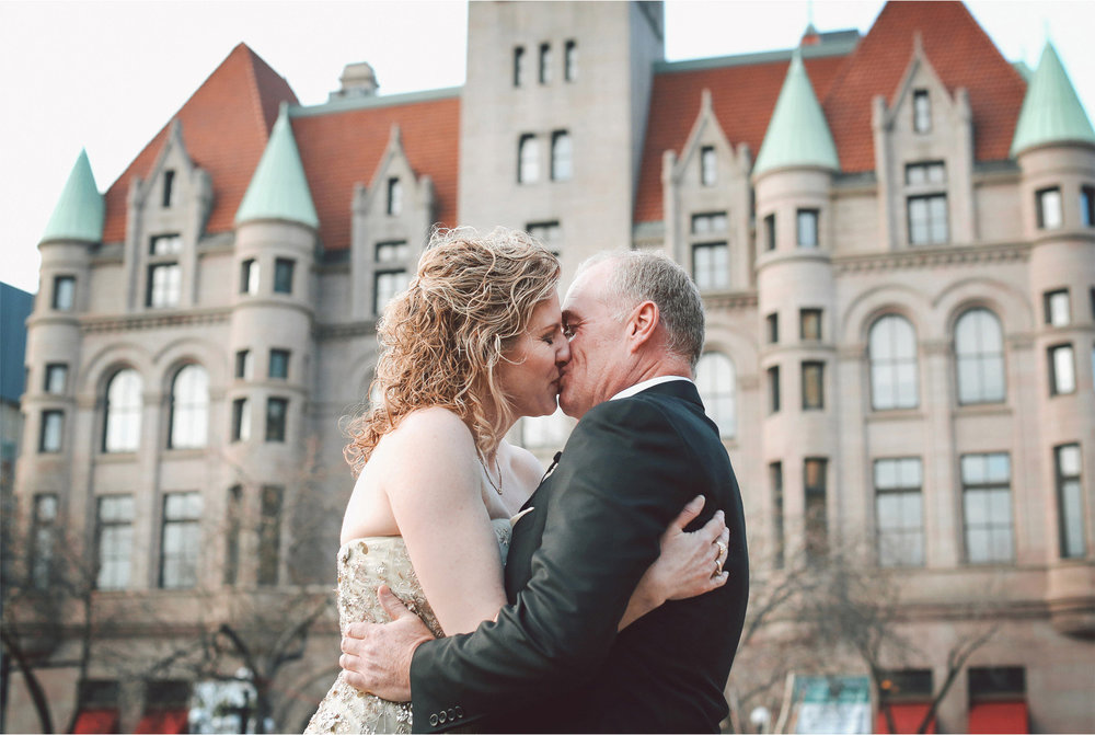 03-Saint-Paul-Minnesota-Wedding-Photographer-by-Andrew-Vick-Photography-Winter-Rice-Park-First-Meeting-Look-Bride-Groom-Kiss-Landmark-Center-Vintage-Dannette-and-Darren.jpg