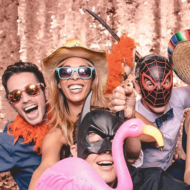 One of our favourite things to do is go through fun group shots. It's a win-win. We help our clients make memories and their party is a huge hit! Let's chat about your next event 📧 info@skylinephotobooth.ca