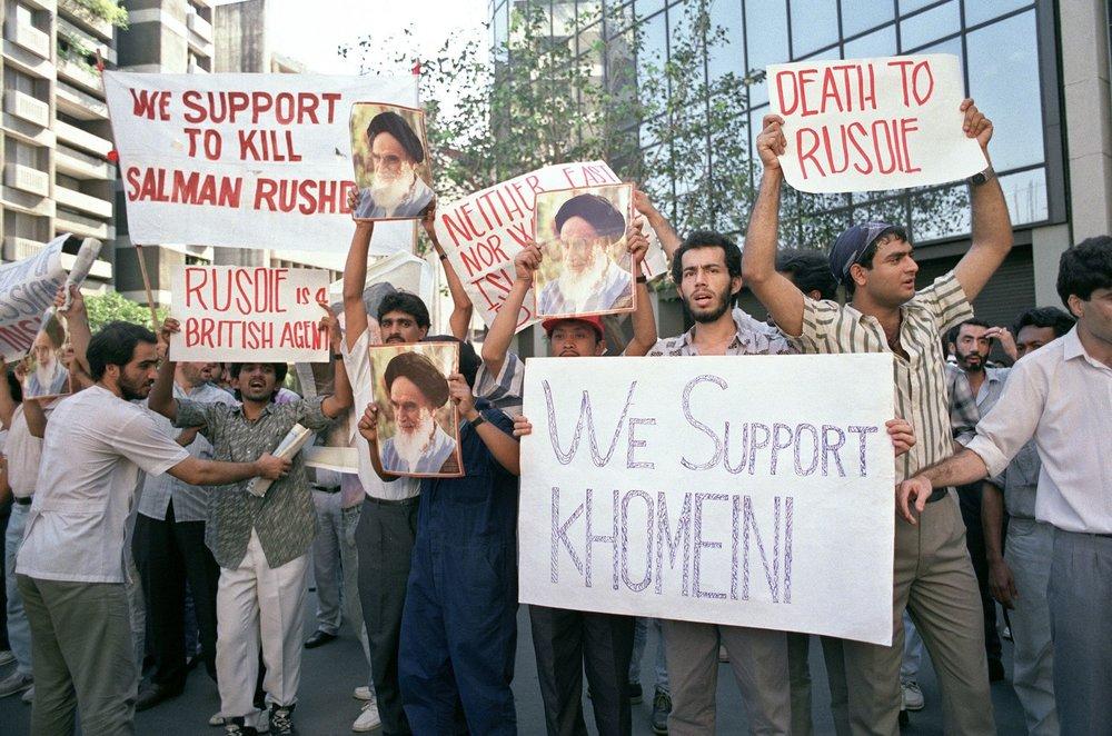 DYSTERT JUBILEUM: Det er 30 år siden ayatollah Kohomeinins fatwa mot den britisk-indiske forfatteren Salman Rushdie. Bildet er fra en demonstrasjon utenfor den britiske ambassaden i Manila i 1989.Foto: - / AFP