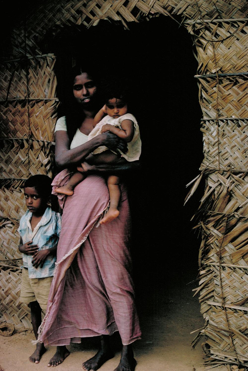 femme et enfant hutte ceylan.JPG