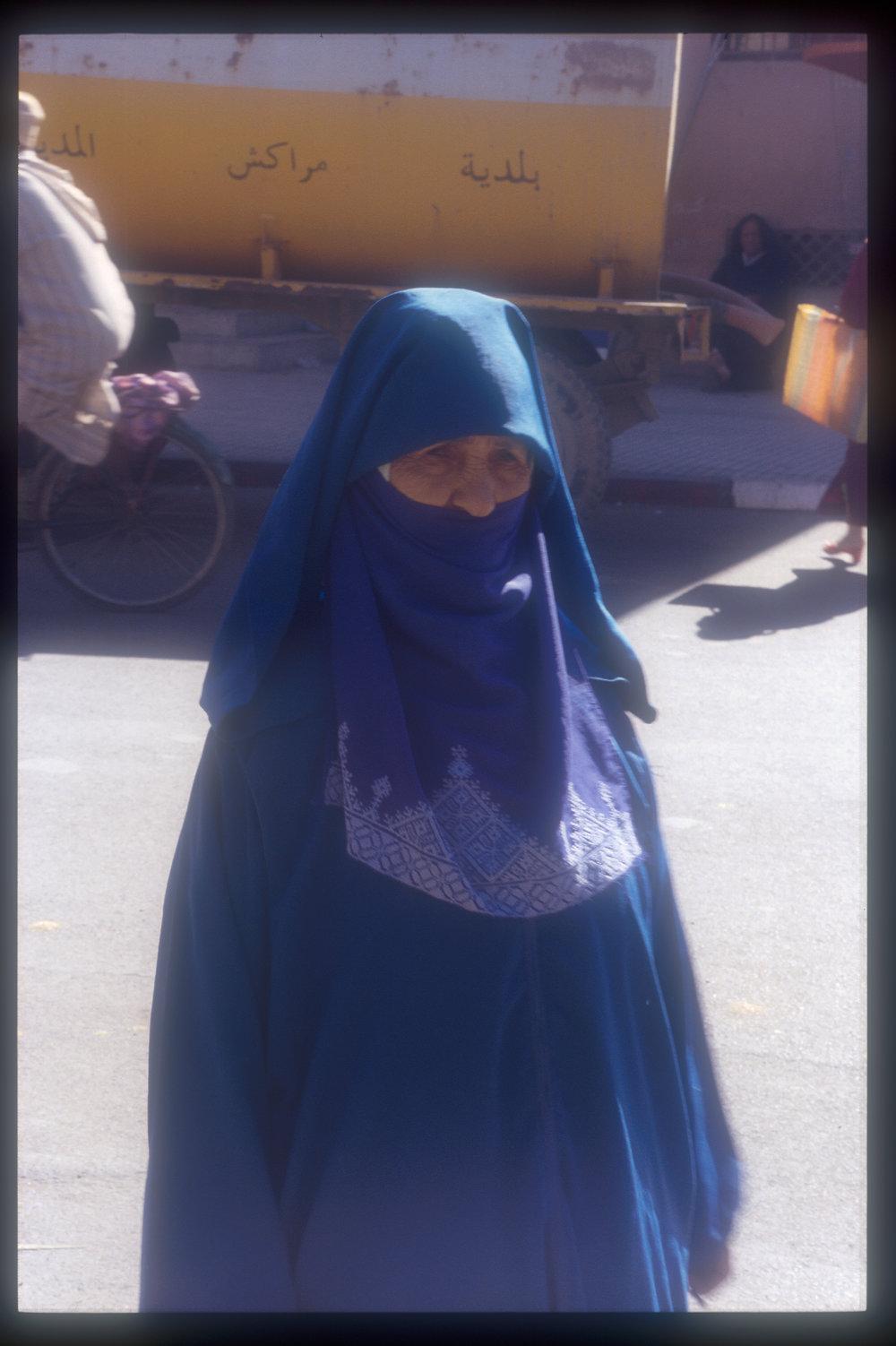 femme voile bleu maroc.JPG