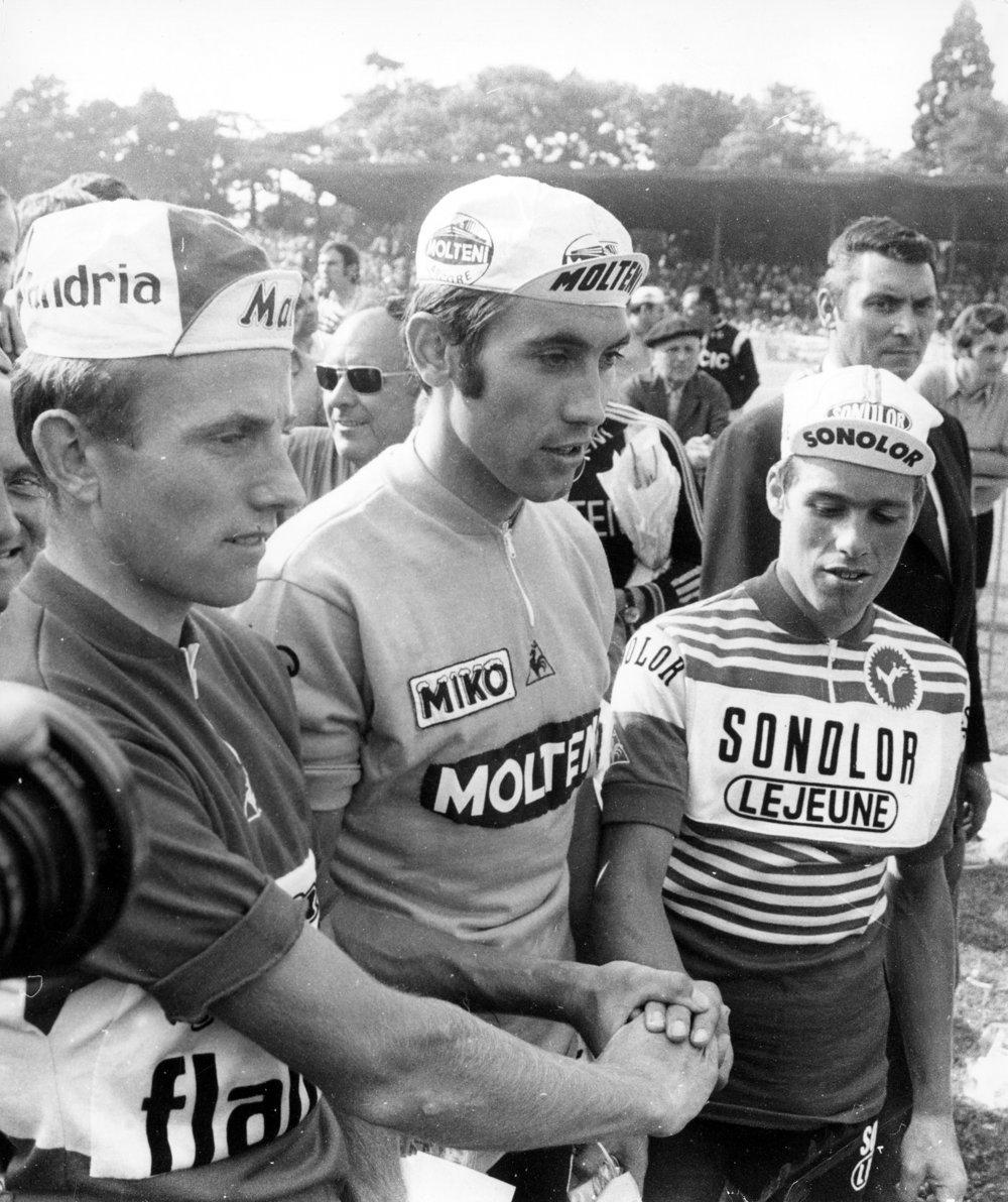 Eddy Merckx efter toursejren i 1971 sammen med rivalerne belgieren Van Impe ( th ) nummer tre og Hollænderen Zoetemelk, der sluttede på andenpladsen. KEYSTONE/Scanpix Denmark