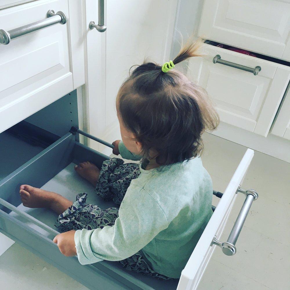 Ikke bare de voksne som gleder seg over mer boltreplass på kjøkkenet!