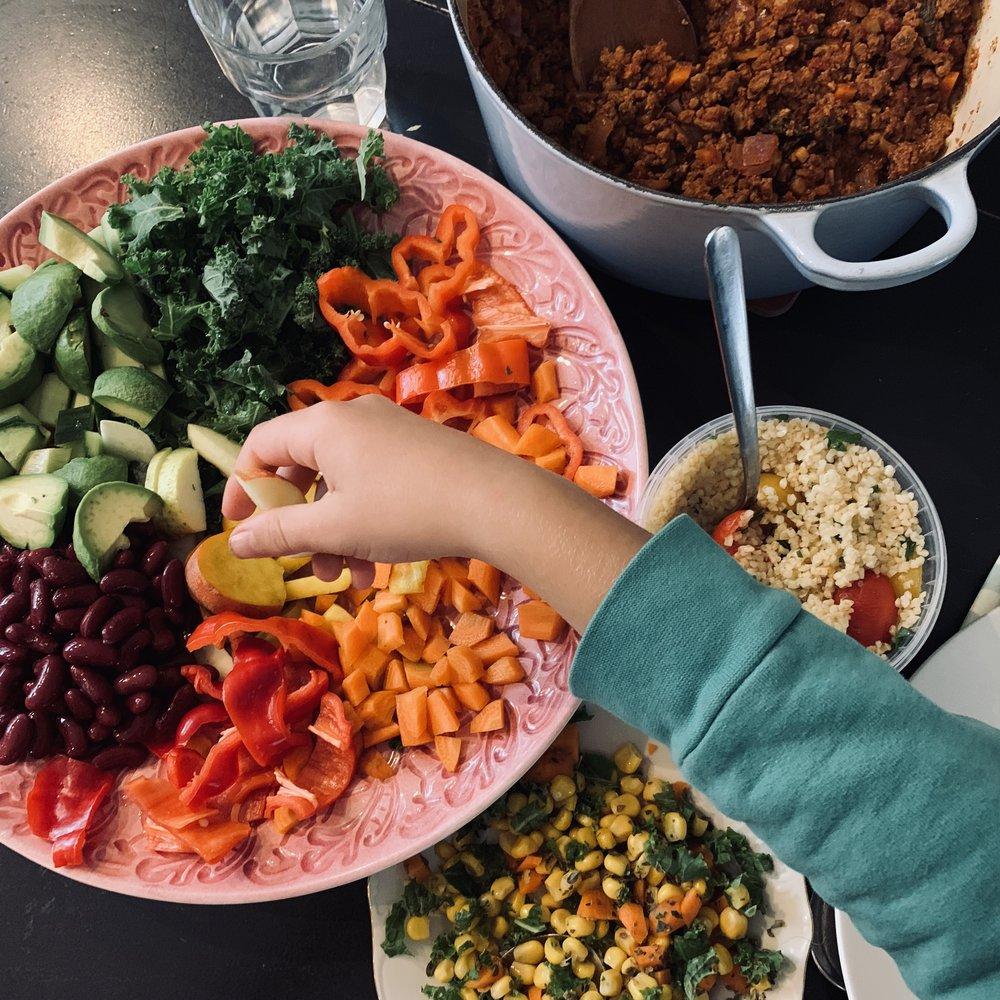 Store fat med grønnsaker og selvlagde salater er fristende for både små og store! Og til den observante bloggleser – det er altså hjemmelaget kjøttfri tacosaus med masse grønnsaker i bakgrunnen :-D
