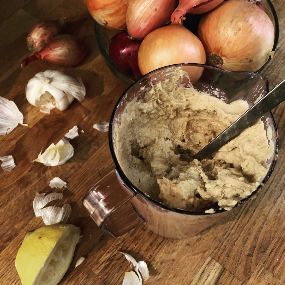 Hummus lager du på et blunk – perfekt gjestemat som alle blir imponert av!