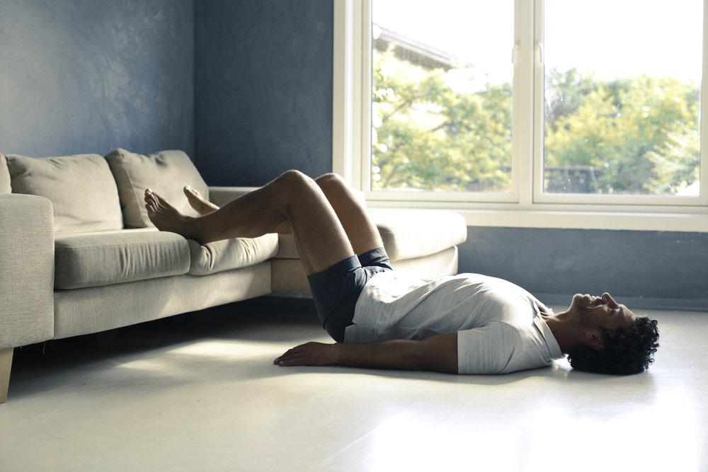 BEKKENHEV: Legg deg på ryggen med begge beina i sofaen. Løft bekkenet så høgt du klarar og hold i eit sekund.