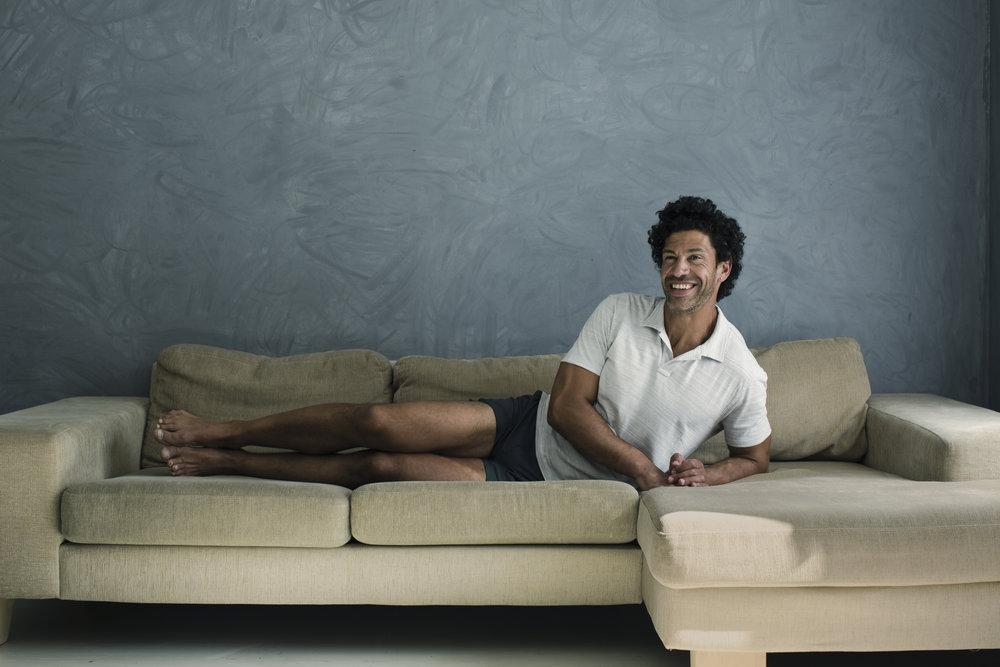 SIDEPLANKE: Ligg sidelengs på sofaen, støtt deg på underste alboge og skyv hoftene og øverste arm opp mot taket så høgt du klarar. Hold i eitt sekund før du går ned igjen og gjentek.