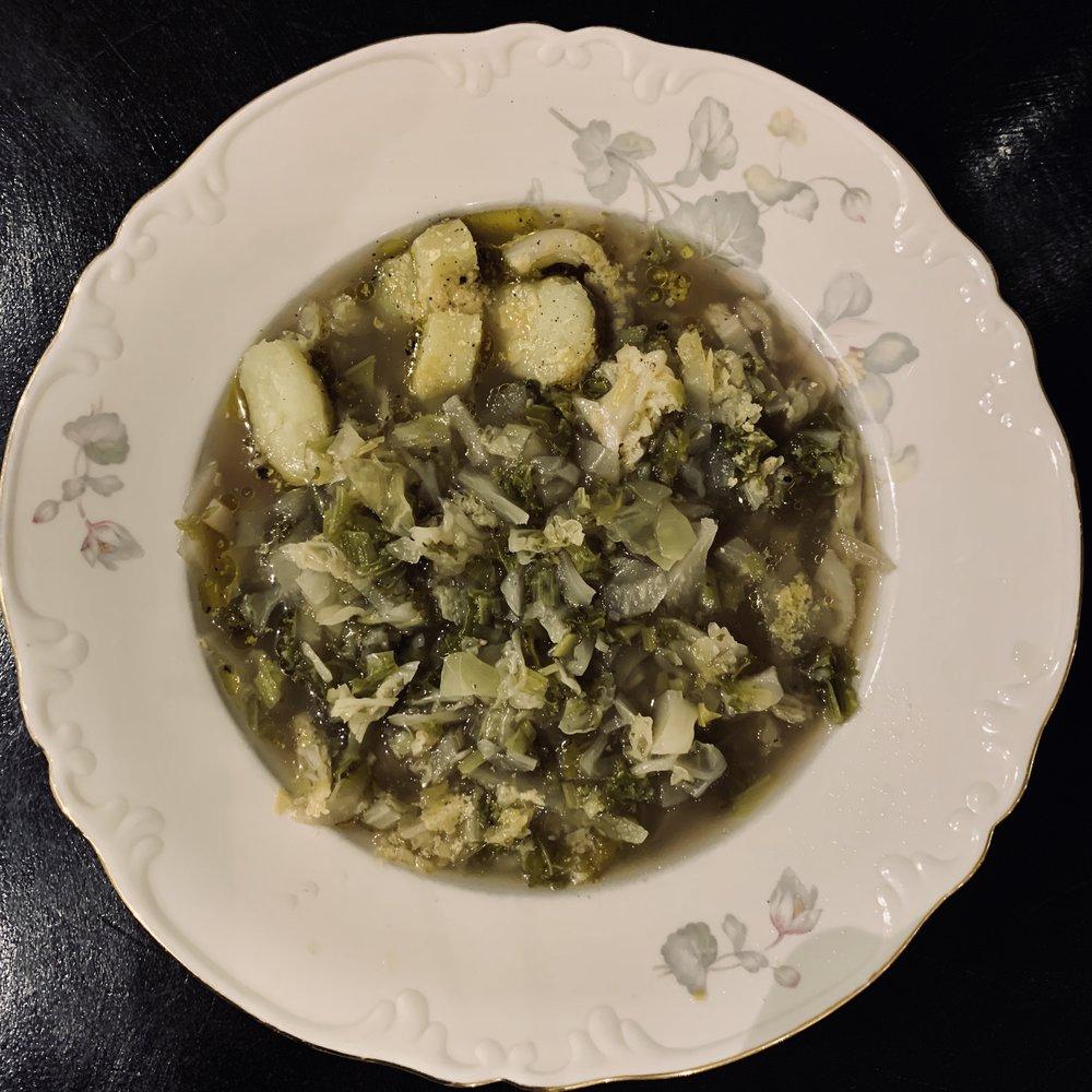 … Men det er når hvitløkssmøret og næringsgjær/parmesanen kommer på toppen at den blir HELT uimotståelig :-) Du kan også mose suppen – ungene våre elsker det – eller du kan mose halve suppen og deretter røre inn i resten hvis du vil ha suppen litt fyldigere i konsistensen.