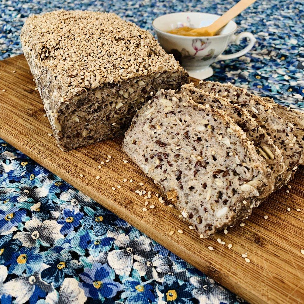 Snakk om easy-peasy oppskrift! Det eneste som er vanskelig er å klare å vente med å skjære i brødet til det har gått 20 minutter :-D
