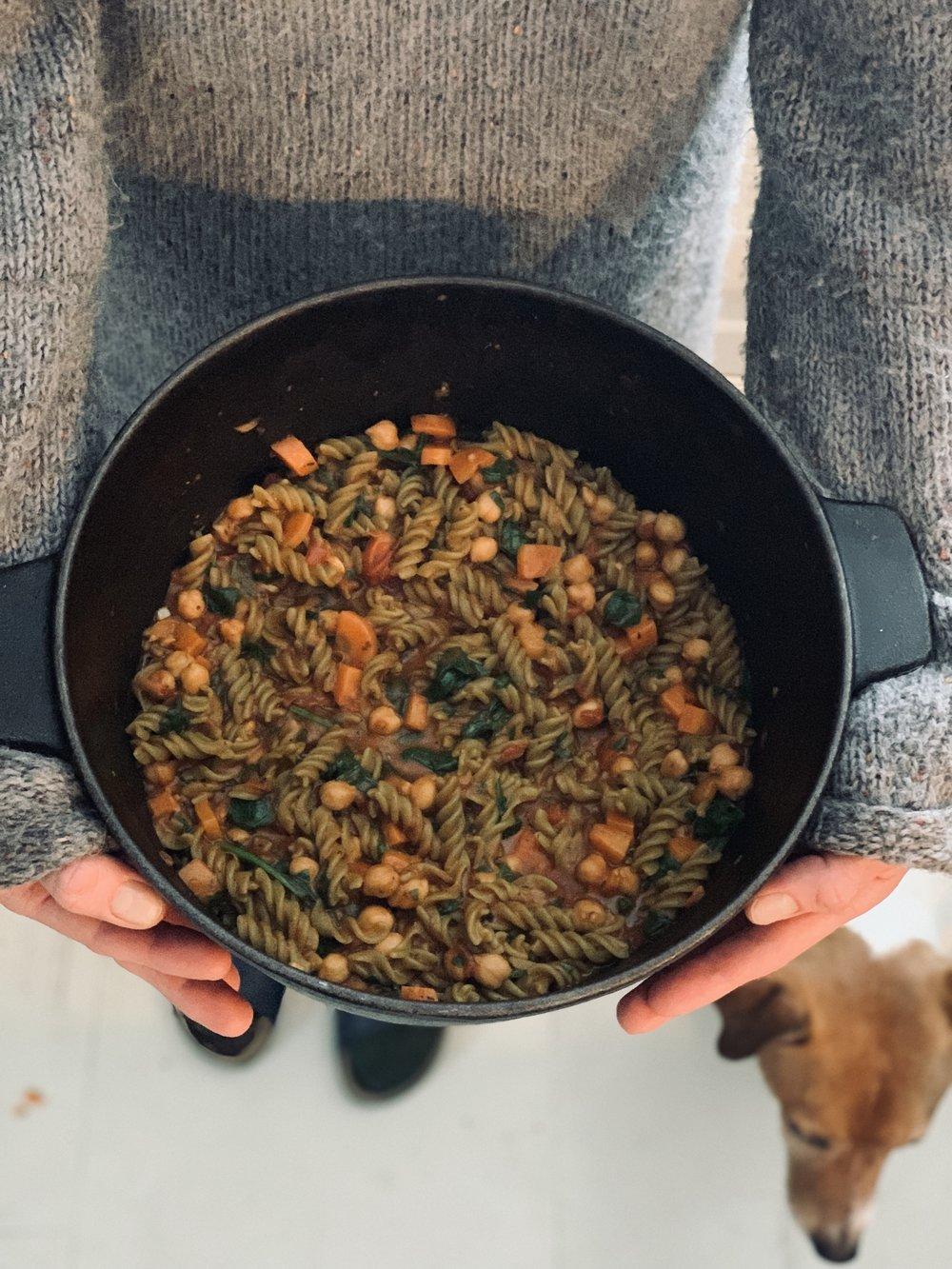 Så er det bare å servere! Smaker (som det meste av mat) aller best med rause mengder god olivenolje og godt selskap!