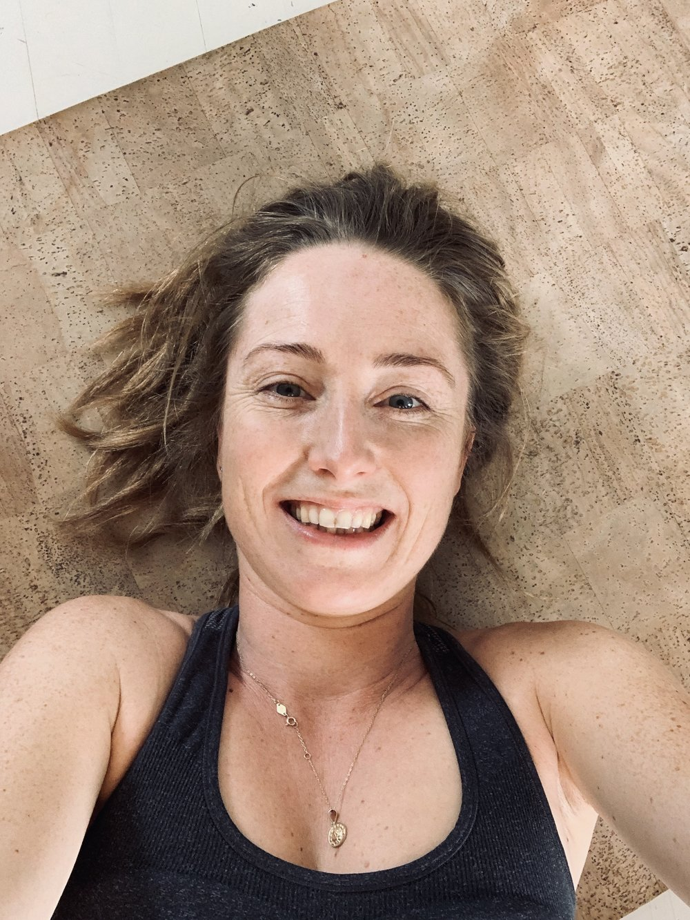 Sånn går det … Etter 5 minutter på stuegulvet er både smil og svette på plass. Rett som det er blir det 10 minutter også!