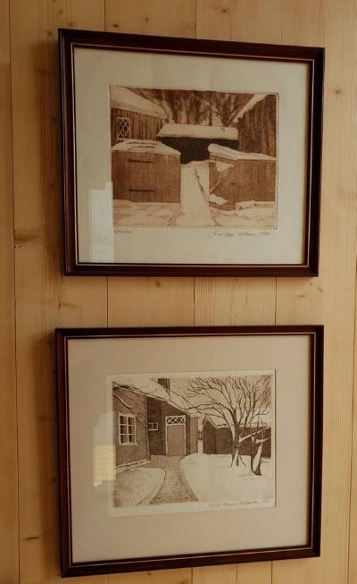 Myös nämä teokset pääsivät seinälle eteiseen. Niissä on kuvattuna pihamiljöitä Vanhasta Raumasta. Osuvasti Haltiattaressakin on siis pala Raumaa ;)