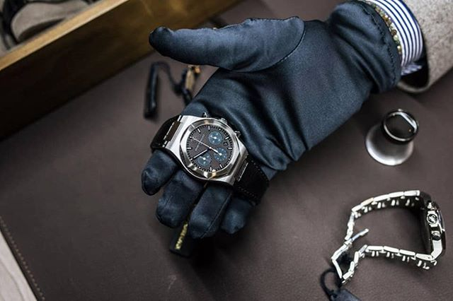 Between black and blue in the #Laureato