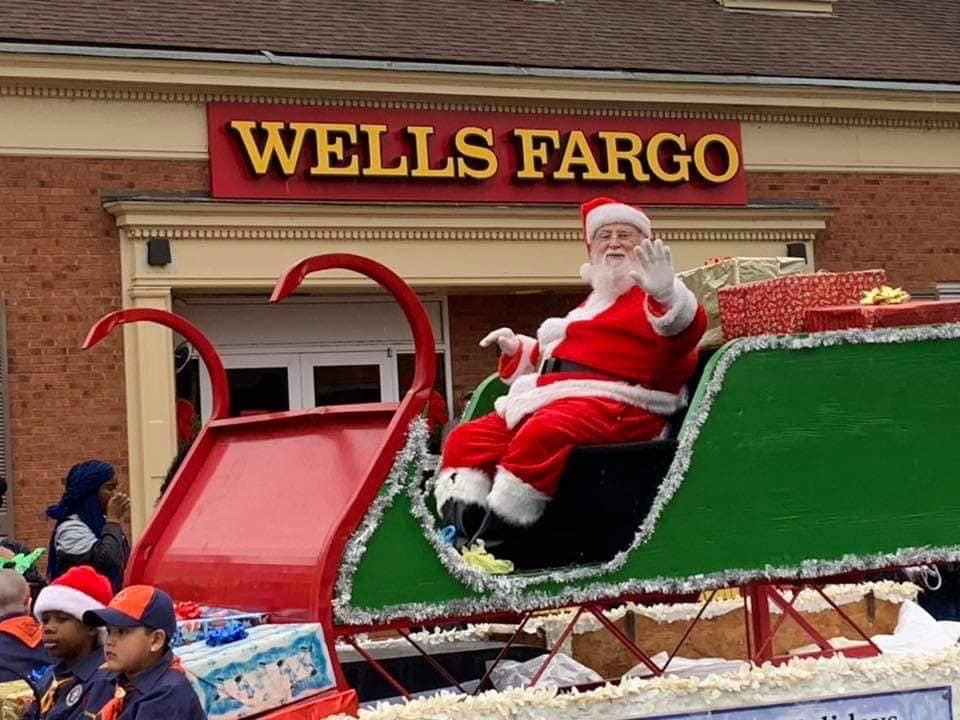 Santa appears in Snow Hill.JPG