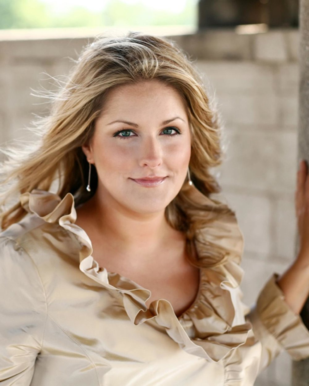 """Kathryn Leemhuis, mezzo-soprano - American mezzo-soprano Kathryn Leemhuis has performed with international opera companies such as the Lyric Opera of Chicago, Dallas Opera, Cincinnati Opera, Teatro Colón, Fort Worth Opera, Opera Theatre of St. Louis, Florentine Opera, Chicago Opera Theater, Ash Lawn Opera, and Annapolis Opera, among others. One of her most notable roles is Dorabella in Mozart's Cosi fan tutte, for which Kathryn has been hailed as """"ravishing,"""" adding that """"her sheer vocal beauty allied to nimbleness and an astonishing range of dynamic and coloristic nuance,"""" (Dallas Morning News). Her other prominent roles include Suzuki in Puccini's Madama Butterfly, Dido in Pucell's Dido and Aeneas, Zerlina in Mozart's Don Giovanni, the Mother in Menotti's Amahl and the Night Visitors, Paquette in Bernstein's Candide, Hänsel in Humperdinck's Hänsel und Gretel, Giulietta in Offenbach's Les contes d'Hoffmann, Amaltea in Rossini's Mosè in Egitto, and Florence Pike in Britten's Albert Herring.As a mezzo-soprano soloist on the concert stage, Kathryn has performed at Carnegie Hall, the Ravinia Festival, the Grant Park Music Festival, the Boise Philharmonic, with the Los Angeles Philharmonic at the Hollywood Bowl, and the Boston Symphony Orchestra at the Tanglewood Music Festival. She performed with Chicago's Music of the Baroque in both Haydn'sMissa in Angustiis and Mass in the Time of War, with the Apollo Chorus of Chicago in Händel's Messiah, and with Gloriae Dei Cantores in Mozart's Requiem and Vaughan Williams' The Pilgrim's Progress. She has also performed multiple times with the Richmond Symphony, presenting Berlioz's Les nuits d'été, Berlioz's Roméo et Juliette, and Mendelssohn's Die erste Walpurgisnacht. Kathryn's performance of Les nuits d'été was graciously embraced: """"Her dark lower register tones seemed to fill the considerable space of the Carpenter Theatre and impose a profound quiet on both the accompanying musicians and the audience. It was a remarkable di"""