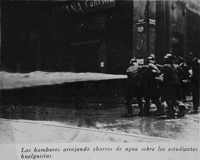 AHUNAM-Bomberos arrojando chorros de agua sobre estudiantes huelguistas.jpg