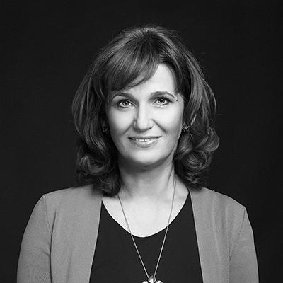 Simona Baciu - Fondator Transylvania CollegeSimona Baciu este un antreprenor și inovator în domeniul educației, cu o carieră recunoscută la nivel național și internațional. În urmă cu 25 de ani a pus bazele școlii de elită pe care o știm sub numele de Transylvania College, recunoscută în România și peste hotare. Speaker, trainer, scriitor și mentor, ea este o voce pentru educația secolului 21.