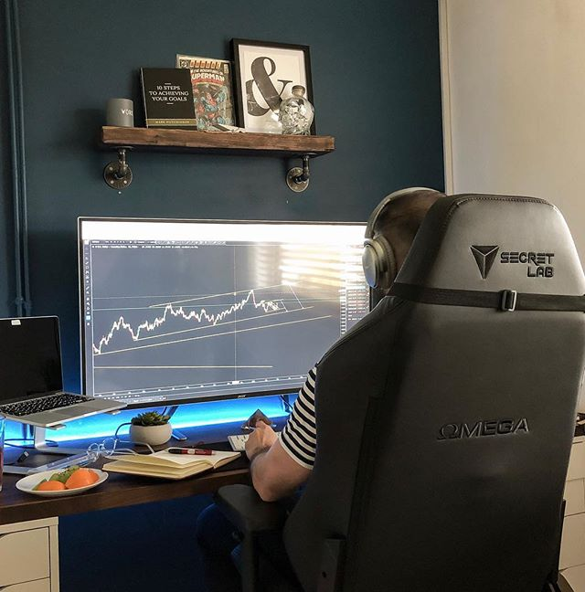 Rainy, gloomy days are for working.  Been through and filtered the watchlist for the coming week and been writing up the months trading performance.  6.6% ROI for the month, nothing to sing home about compared to others in the @falcontradingguidance community, congrats to those guys hitting 30+ 🤯 (Posted an update on my blog, link in bio 🤗)