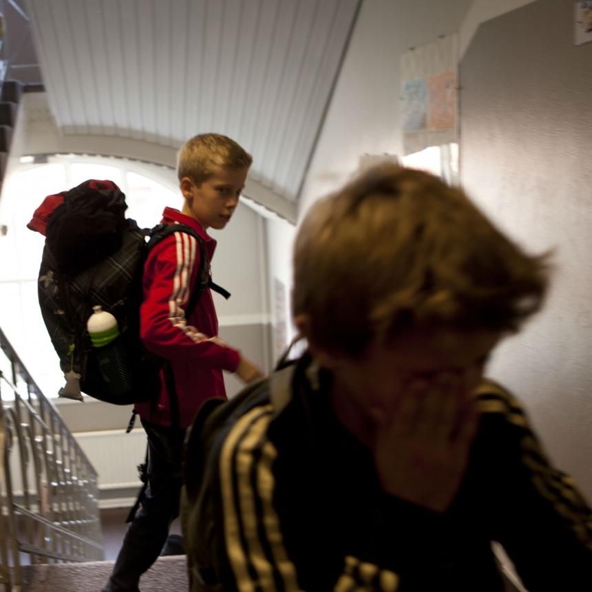 En dreng kigger på en anden dreng som græder i troppe gangen.jpg