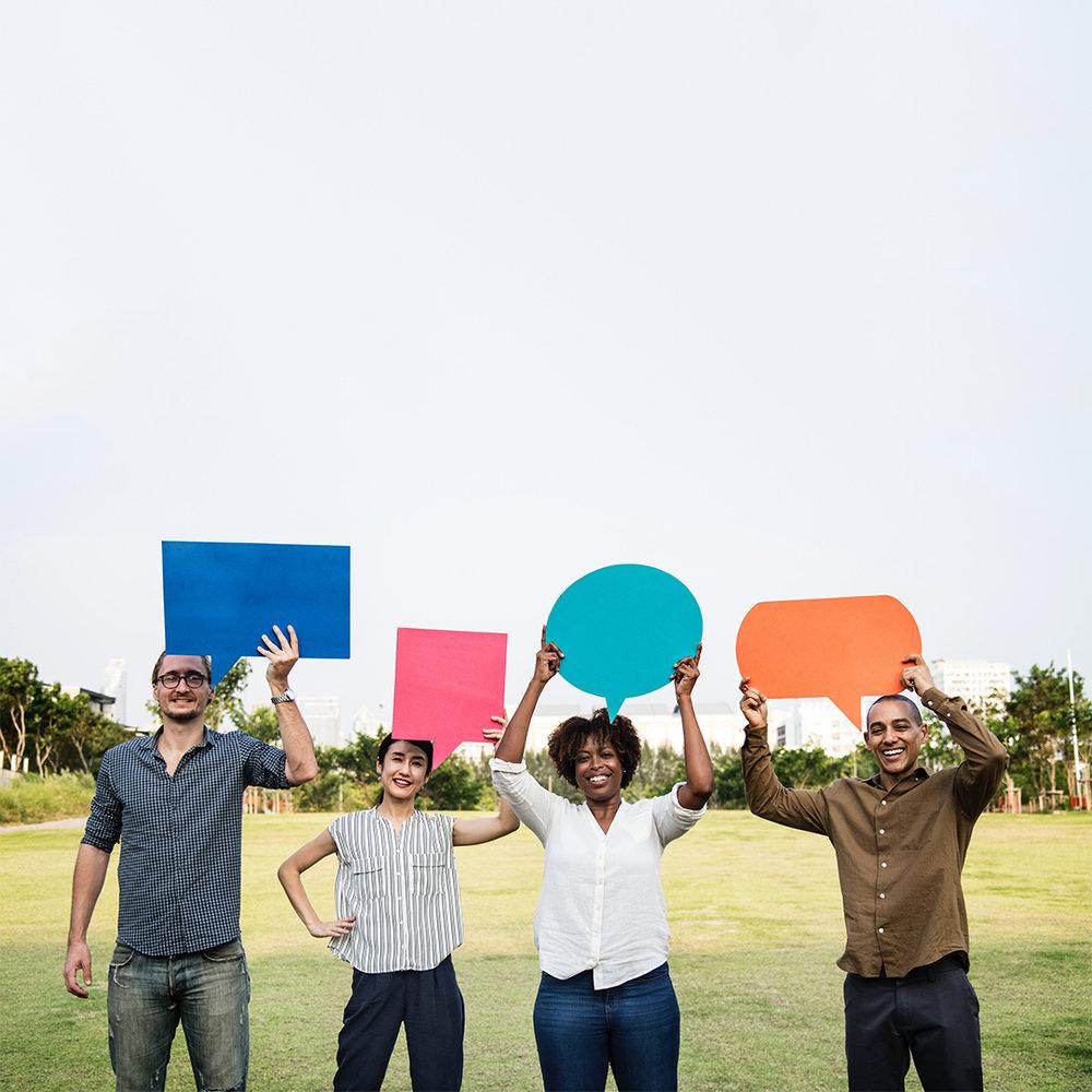 4 personer holder et tale skilt.jpg