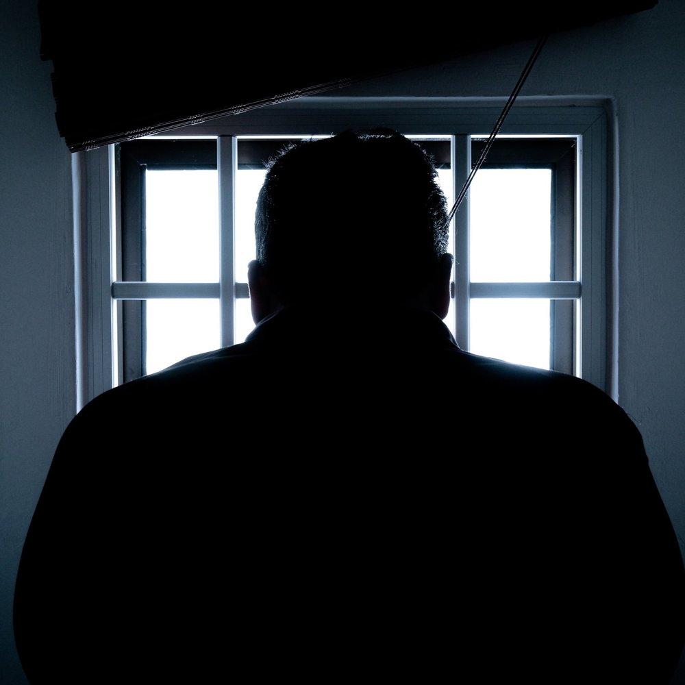 mand sidder i fængsel.jpg
